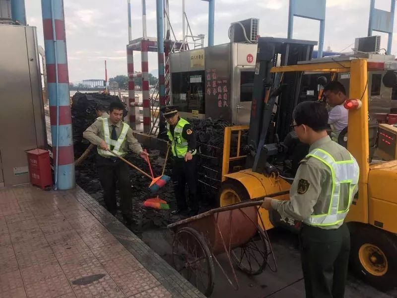 【突发】沈海高速闽粤收费站,一平板车货物掉落占用收费车道