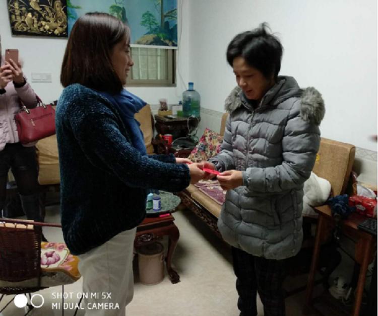 集合镇妇联主席慰问贫困母亲.png